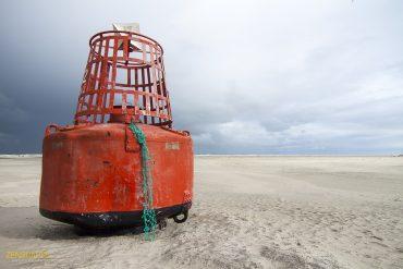 Boei op het strand van Midsland aan Zee, Terschelling