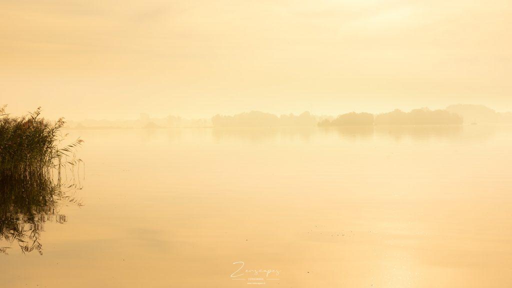 Mist boven het Paterswoldse Meer - Zicht op de meerweg